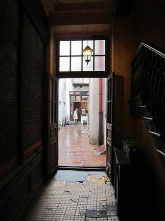 Tango House Bed & Breakfast: Entry through Tango House courtyard