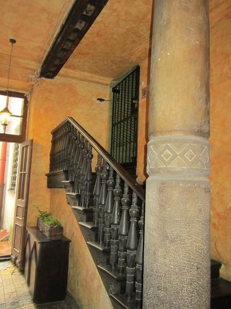 Tango House Bed & Breakfast: Staircase to hotel rooms