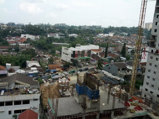 Galeri Ciumbuleuit Hotel & Apartment: View from room, with construction of Galeri Ciumbuleit-2 at foreground