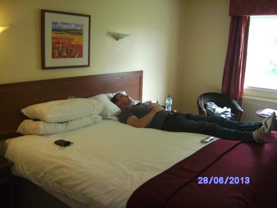 Highlands Hotel at Macdonald Aviemore Resort: Giant bed