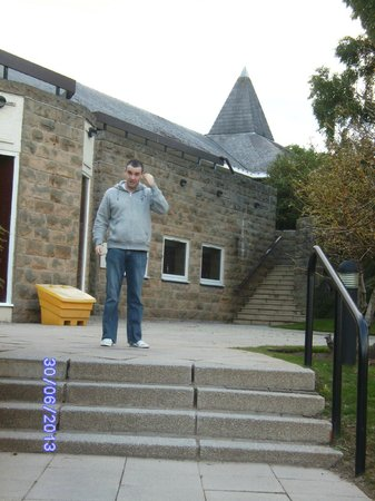 Macdonald Highlands Hotel at Macdonald Aviemore Resort: Steps up to Highland Hotel entrance