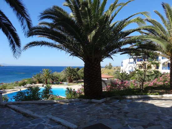 Andros Holiday Hotel: vue sur le jardin et la mer depuis la terrasse du bar