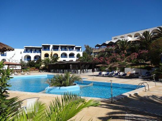 Andros Holiday Hotel: piscine et façade intérieure de l'hôtel