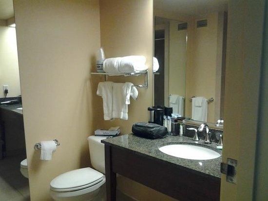 Aquarius Casino Resort: Nice Bath and the drains DRAINED