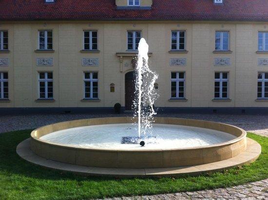 Schloss Diedersdorf : Sandstein-Springbrunnen vor dem Schloss