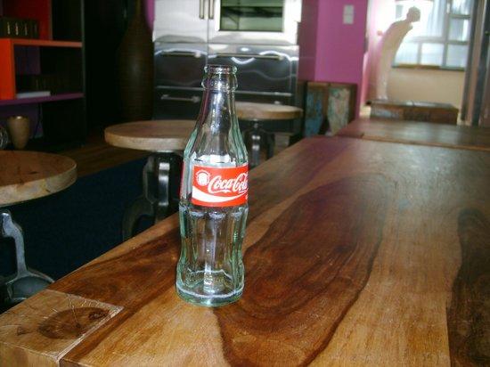 east Design Hotel Hamburg : zur Begrüßung eine benutzte Colaflasche - prost!