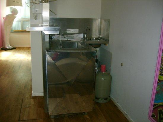 east Design Hotel Hamburg : kochen hätte man können - Propangasflasche auf dem Zimmer