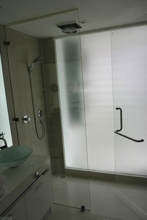 BYD Lofts Boutique Hotel & Serviced Apartments : Bathroom with walk-in shower