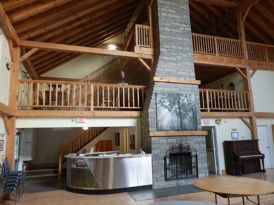 Timber House Resort: Lareira do salão principal e acesso aos quartos nos andares de cima.