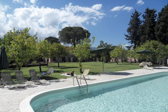 Agriturismo San Leonardello: zwembad en tuin