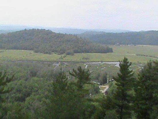 Eco-Odyssee: Le marais vu d'en haut de la colline