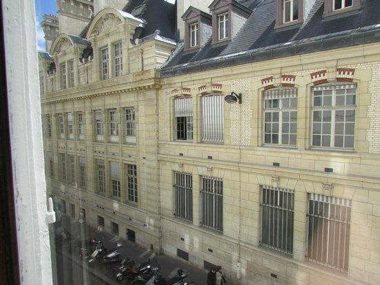 Hotel Cluny Sorbonne: Vista do quarto/Universidade de Sorbonne