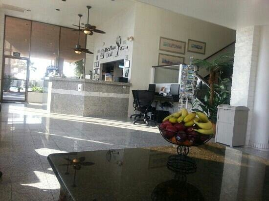 BEST WESTERN Date Tree Hotel: Sitting area by the open business center lounge and lobby area.