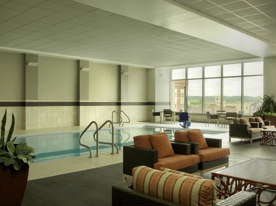DoubleTree by Hilton Hotel Cedar Rapids Convention Complex : Pool Area