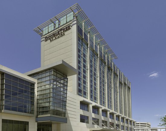 DoubleTree by Hilton Hotel Cedar Rapids Convention Complex : Hotel Exterior - Daytime
