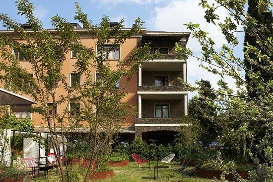 Hotel Primero Primera: Back garden