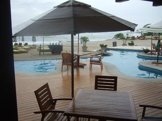 JW Marriott Guanacaste Resort & Spa: pool side dining on the beach