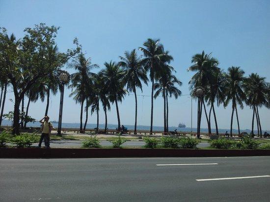 Riviera Mansion Hotel: Beach area is just 7-8 min walk