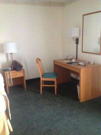 Baymont Inn & Suites Mackinaw City : desk