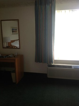 Baymont Inn & Suites Mackinaw City : desk and chair by window