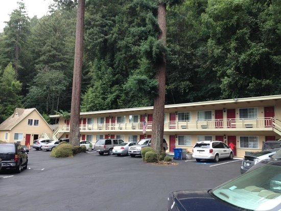 Quality Inn & Suites Santa Cruz Mountains: Hotel and grounds