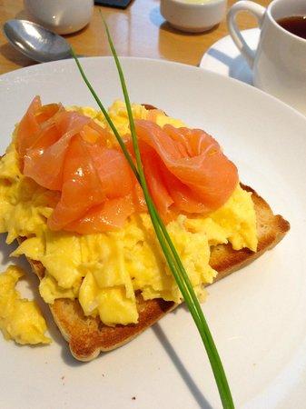 Gwesty Cymru: Smoked salmon and scrambled eggs for breakfast
