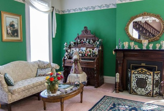 Captain Montague's Bed and Breakfast : Irish Themed Living Room