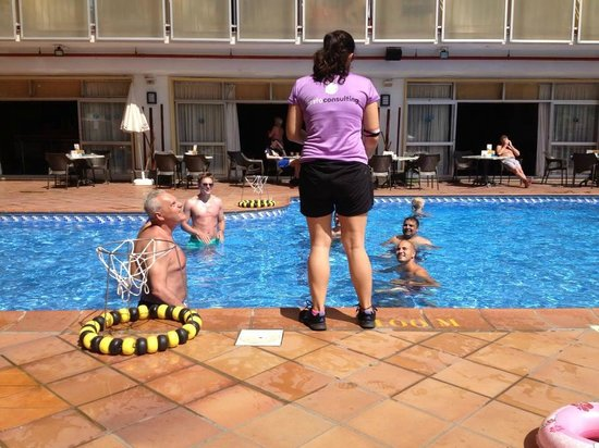 Roc Hotel Flamingo : enjoying waterball with other guests in the swimming pool