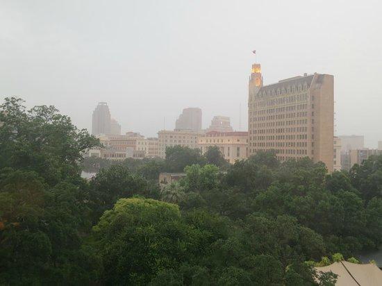ครอคเกทท์ โฮเต็ล: View towards the Alamo on a rainy day