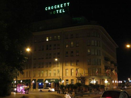 ครอคเกทท์ โฮเต็ล: Crockett Hotel at night