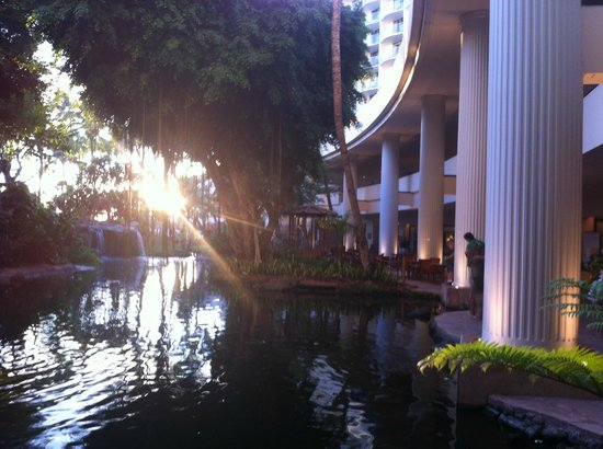 Westin Maui Resort And Spa: Early evening lobby view