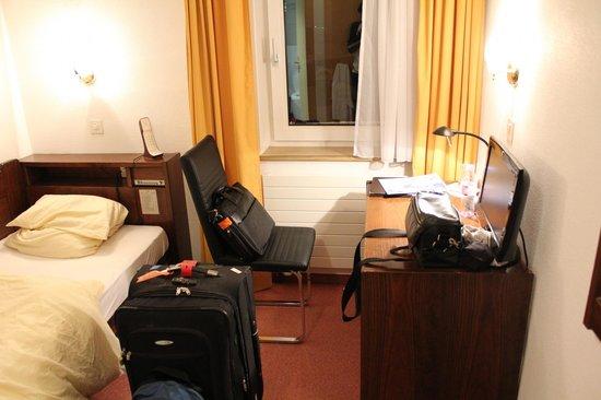 Hotel Dischma: Desk and computer