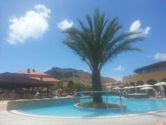 Pestana Porto Santo All Inclusive: Piscina y jardines del hotel