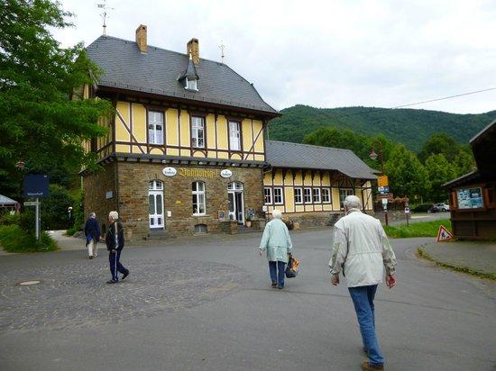"""Restaurant Bahnsteig 1: Weg zum Bahnhof Mayschoss un d zum """"Bahnsteig 1"""""""