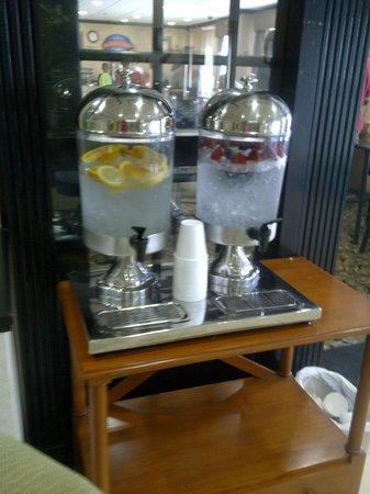 Baymont Inn & Suites Hattiesburg : Drinks in lobby.