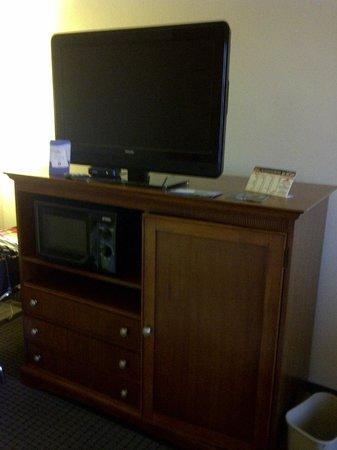 Baymont Inn & Suites Hattiesburg : TV, microwave, and frig inside cabinet.