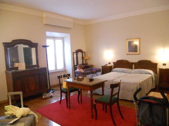 Hotel Suisse: Quarto limpo e espaçoso