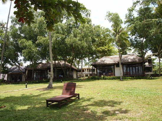 Arcadia Phu Quoc Resort: Arcadia Phu Quoc: view of bungalows from beach