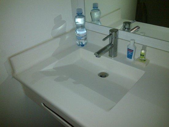 City Express Junior Chihuahua: baño sencillito pero muy higienico