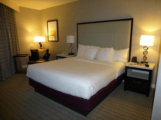Hilton San Diego/Del Mar: bed