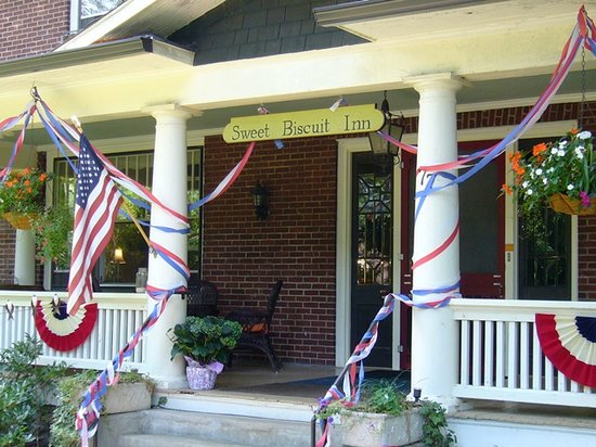 Sweet Biscuit Inn in Fourth-of-July Décor