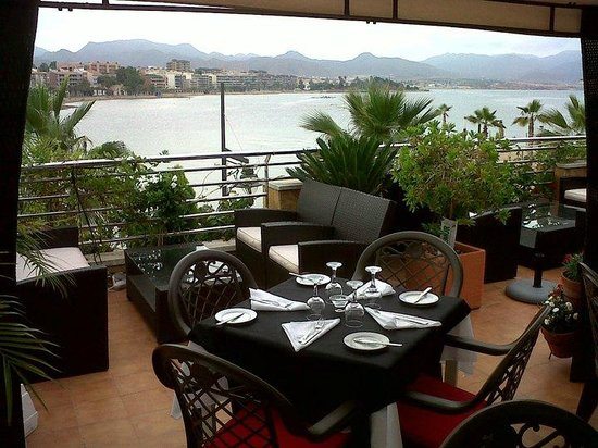7th Heaven: The terrace with view of the beach and the mountains.