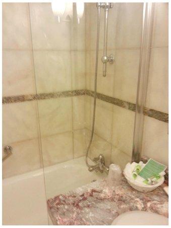 Le Pera: banheira e parte da pia