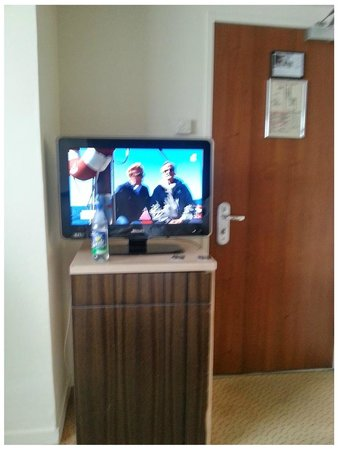 Le Pera : TV pequena e distante para se ver