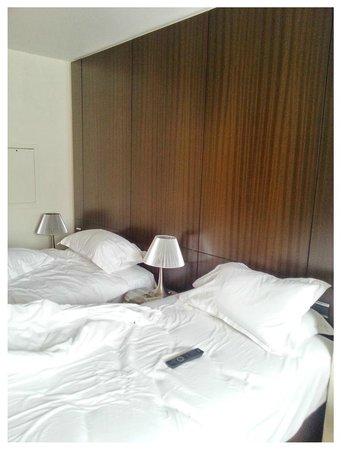 Le Pera : duas camas como pedi, mas o abat-jour do meio, lâmpada queimada