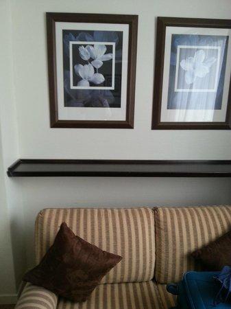 Le Pera: o sofá com uma prateleira acima