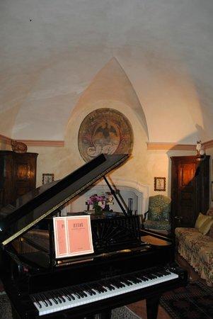 Pianoforte a mezza coda nel Salone con lo stemma dei Conti di Castellamonte