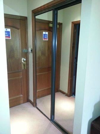 The Dean Park Hotel: entrata della camera con armadio a specchi