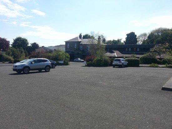 The Dean Park Hotel: vista entrata hotel e parcheggio