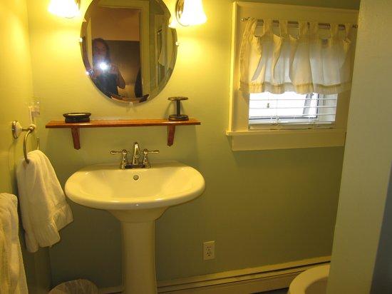 Captain Swift Inn: clean bathroom; hairdryer provided